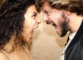 Fotografie Porträt ein liebevolles paar und sie schreien wütend