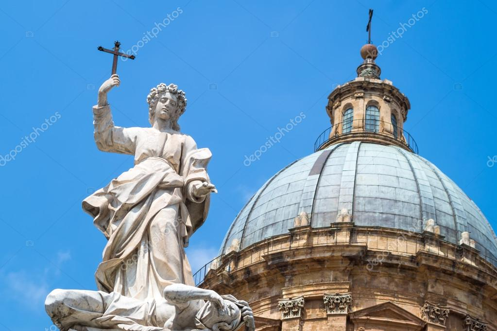 Estatua De Santa Rosalia Junto A Catedral De Palermo Sicilia