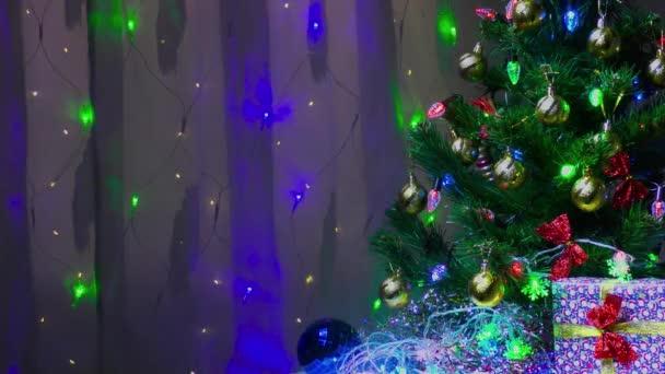 Dárek a velká vánoční hračka pod krásně zdobený vánoční stromeček