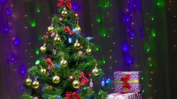 Krásně zdobené vánoční stromeček a dárky na pozadí blikajících světel