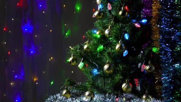 Gyönyörű zöld karácsonyfa a háttérben egy pislogó koszorú