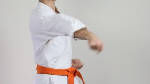 Fehér háttér karateka sztrájk ütések kar