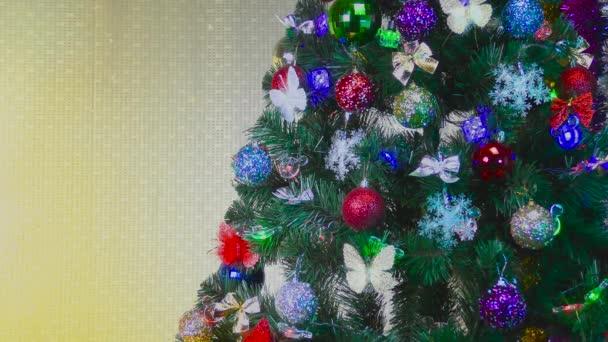 Karácsonyfa díszített játékok és hópelyhek sárga alapon