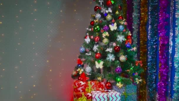 Karácsonyfa ajándékok és díszek a háttérben villogó izzók