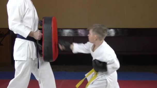 Fekete overlay-vel a kezén, a sportoló üti a szimulátort.