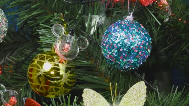 Mnohobarevné ozdoby zdobené vánoční stromeček na modrém pozadí