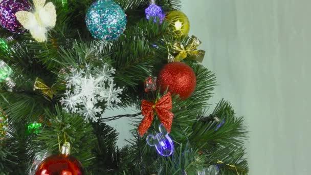Vánoční strom se točí na světle šedém pozadí