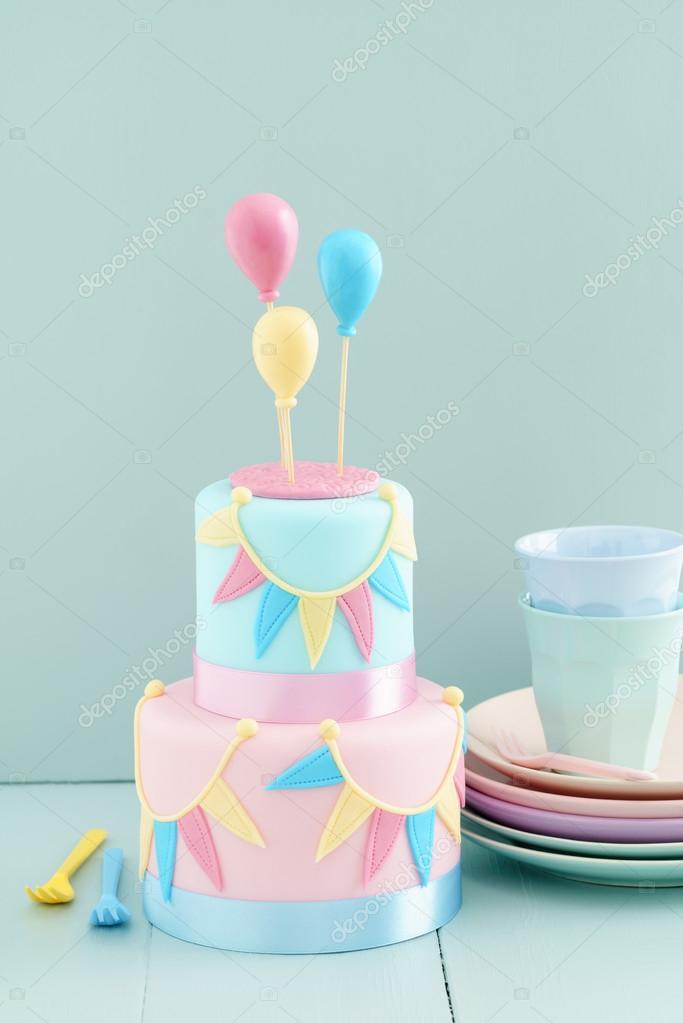torta di compleanno con palloncini — Foto Stock © ECoelfen #98906296
