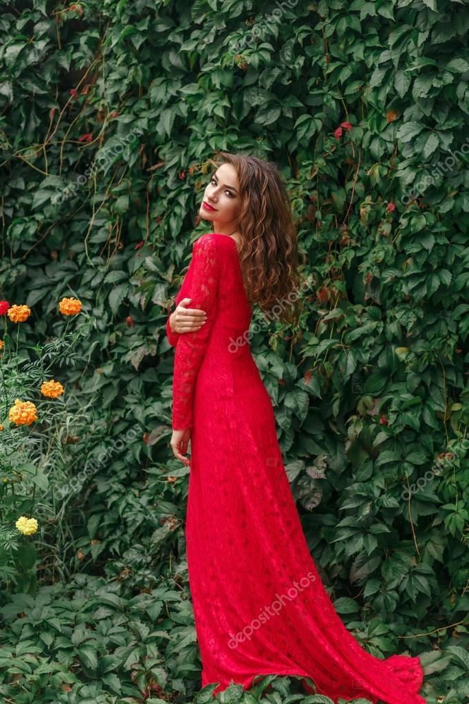 a25a893183bcd Schöne junge Frau in langen roten Kleid — Stockfoto © Aksakal #124314702