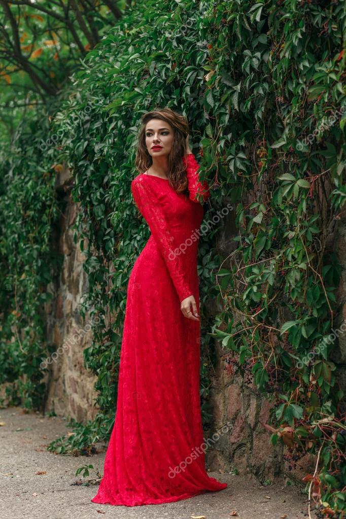 2baa3cf356b6a Schöne junge Frau in langen roten Kleid — Stockfoto © Aksakal #124316442