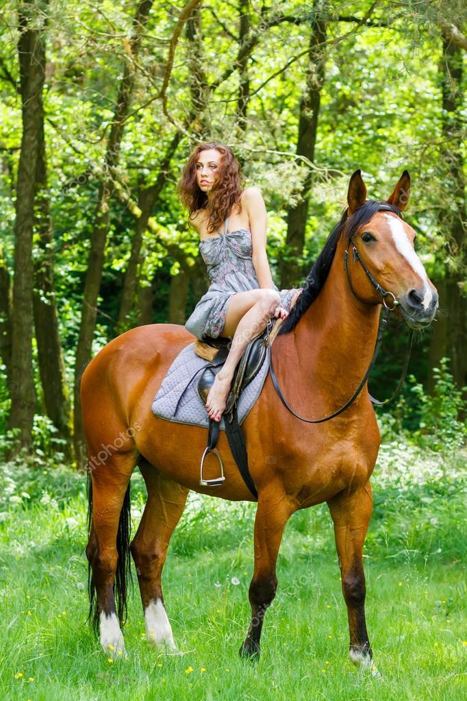 schöne junge mädchen auf pferd — stockfoto © aksakal 97588804