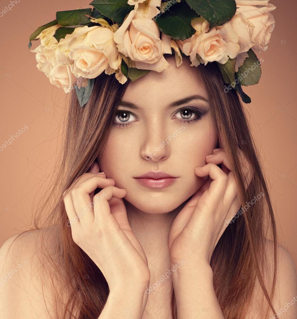 夏花の髪型と 10 代の少女のクローズ アップの肖像画。プロのメイクアップとヘアスタイルのスタジオでポーズをとる若い素敵な白人女性モデル