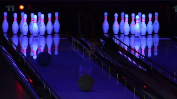 Bowling koule klepání kolíky v bowlingové uličce