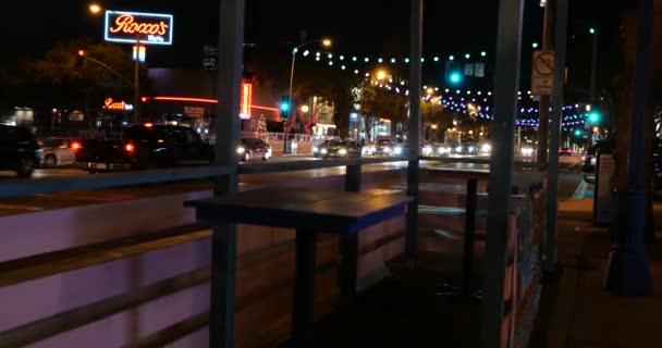 West Hollywood, CA USA - 10. Dezember 2020: Leere Tische in einem verlassenen Straßencafé in West Hollywood während der neuen Coronavirus-Quarantäne