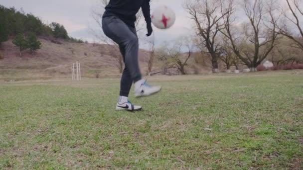4 bažiny2021. Chishinev, Moldavská republika. Fotbalista udržet své tělo a svaly tón, tvrdě trénovat na stadionu, sport