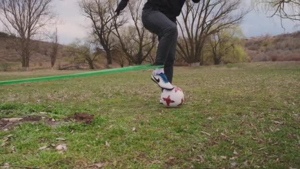 Kišiněv, Moldavská republika. 4 bažiny2021. Fotbalista udržet své tělo a svaly tón, tvrdě trénovat na stadionu, sport