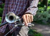 Uomo sulla bicicletta preme il freno