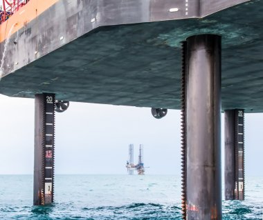 Semi-submersible drilling rig and self-elevating jack-up barge