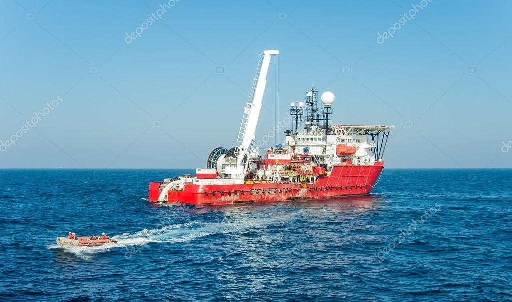 Dynamically positioned diving support vessel