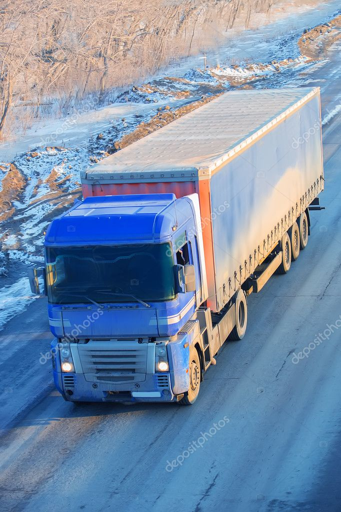 Фотообои грузовик едет по зимнему снегу шоссе
