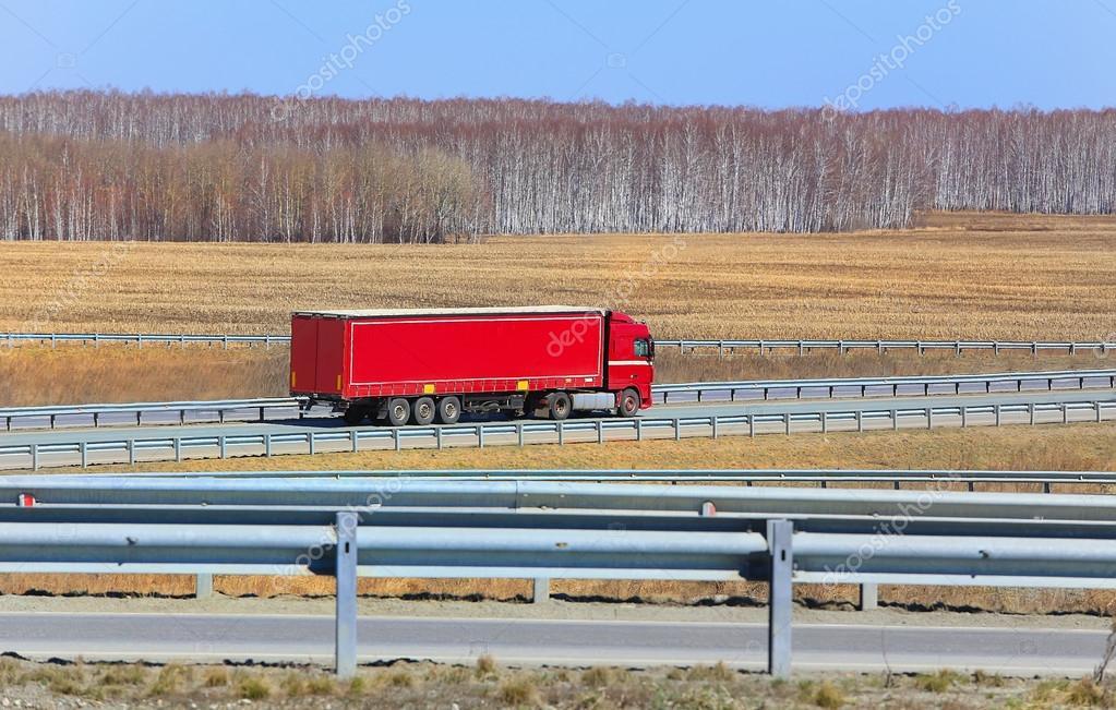 грузовик с прицепом идет на шоссе — Стоковое фото ...