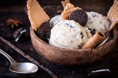 Stracciatella ice cream and cookies