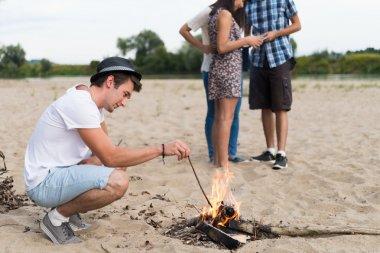 Sandy Beach ateşin ortasına, buralarda genç yetişkin arkadaşlar