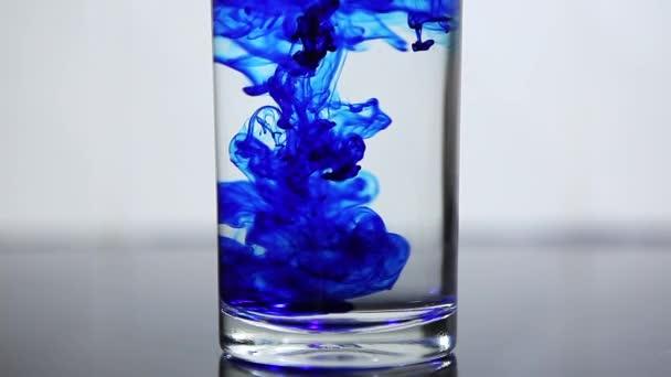 Drop per inchiostro blu in acqua in vetro. rallentatore