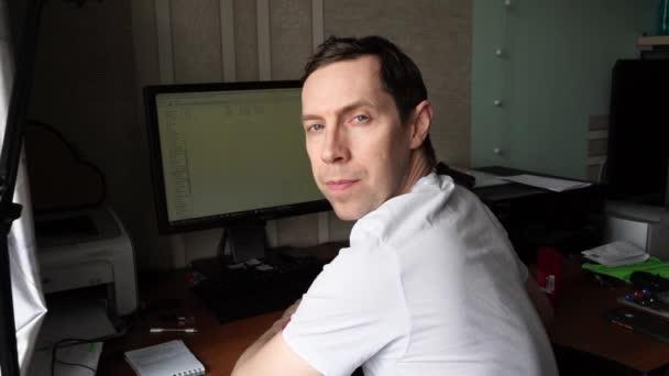 Muž v bílých šatech. Pomalý portrét videa. Obchodník z ministerstva vnitra. Běloch