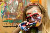 Mladá dáma kreslení úsměv s barvou maluje