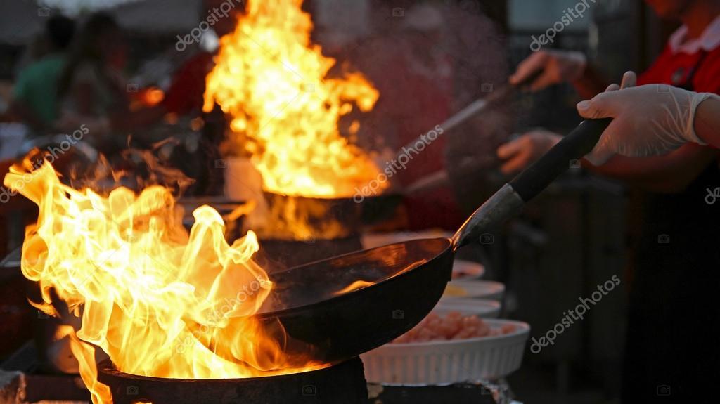 Outdoor Küche Profi : Flambiert koch kochen im outdoor küche u stockfoto robert g