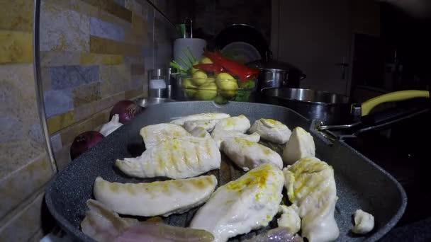 Bílé maso chutné kuře vaření na rozpálené plotýnce Pan - časová prodleva