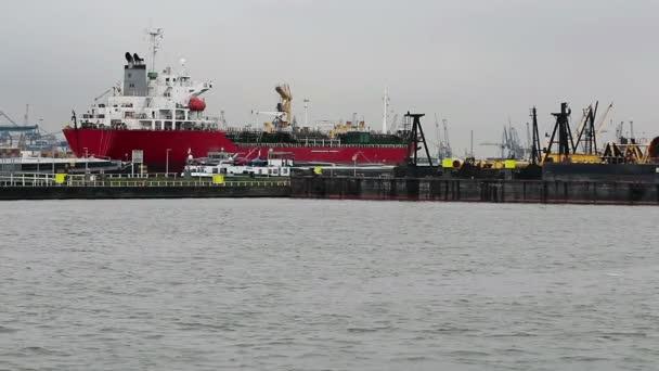 Velká kontejnerová loď, vyloženo v přístavu v Rotterdamu