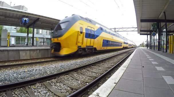Vysokorychlostní vlak přes stanice