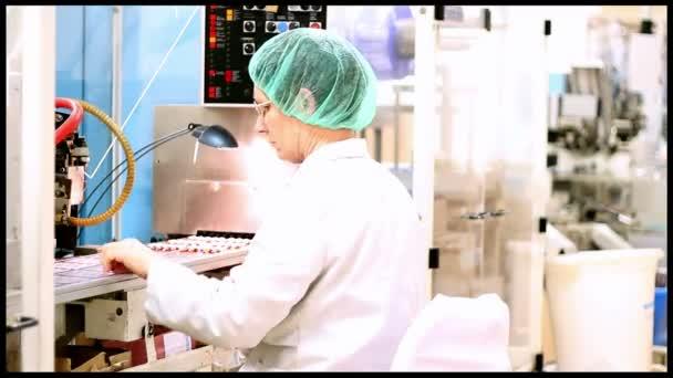 Dělníci na výrobní lince pro tablety