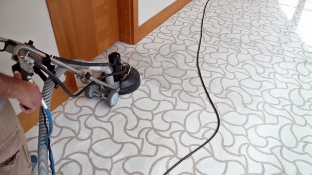 Worker with carpet cleaning machine