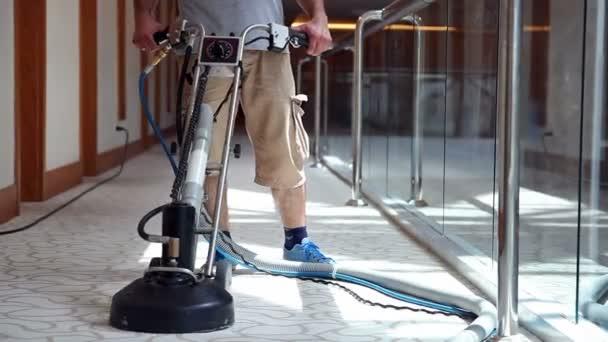 Dělník s koberců čištění stroje