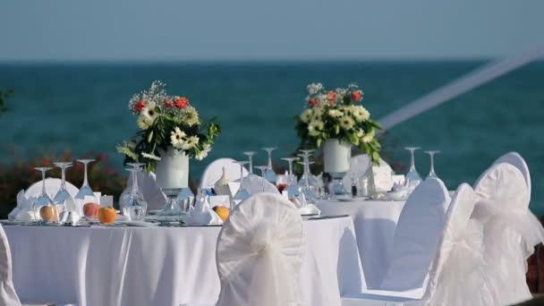tabulka nastavení na svatební hostinu