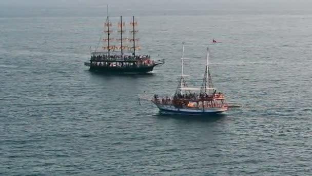 Lidé cestující na plavbu lodí