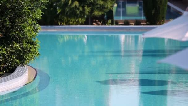 Plavecký bazén s vodou z zvlnění