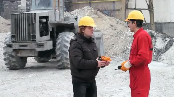 stavební dělníci a buldozer