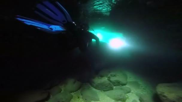 Subacquei che esplorano la grotta subacquea
