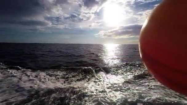 Loď odstřihne vody oceánu - Zpomalený pohyb