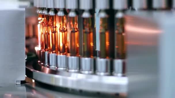 Medizinische Ampullen am Fließband - automatisierte Produktion von Medikamenten