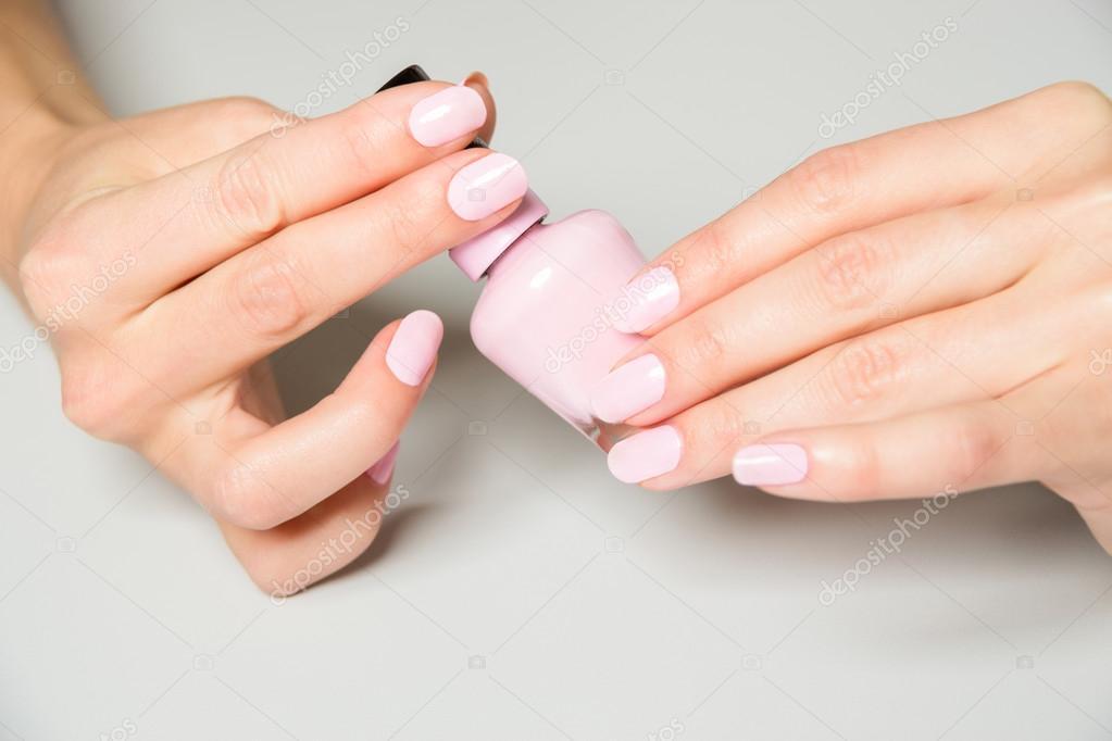 Par de manos elegantes con Rosa uñas pintura — Fotos de Stock ...