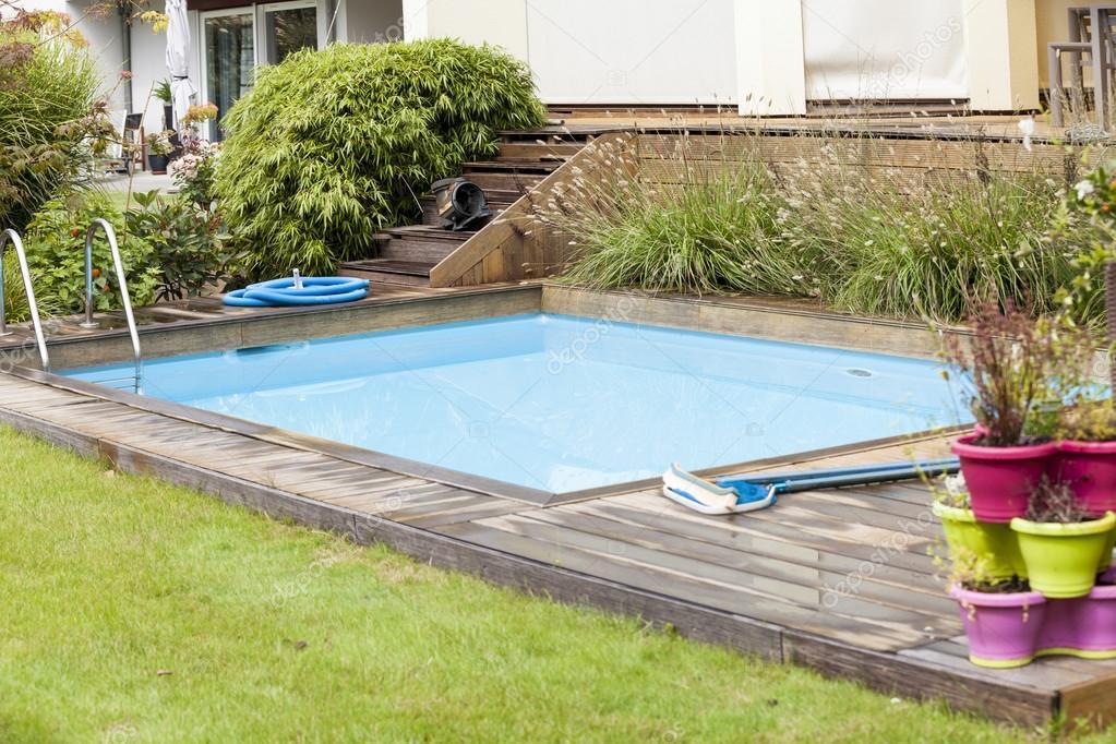 Piscina in giardino foto stock nilswey 59403423 - Piscina in giardino ...