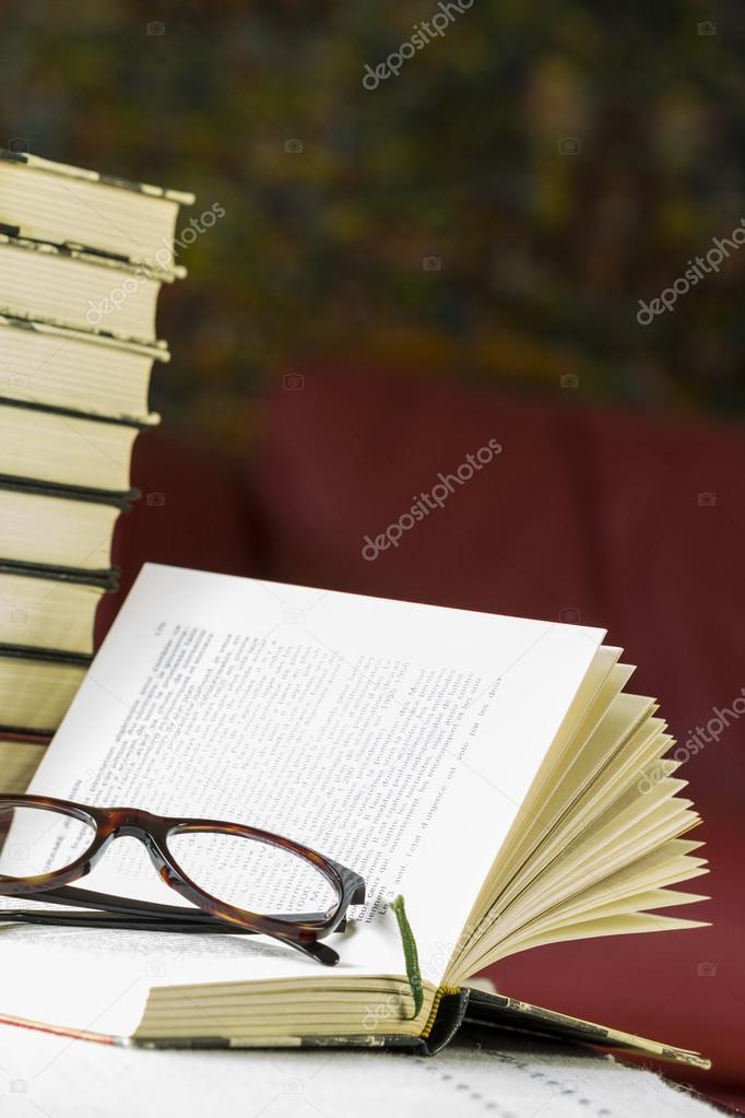 Lesebrille auf ein offenes Buch — Stockfoto © nilswey #73788869