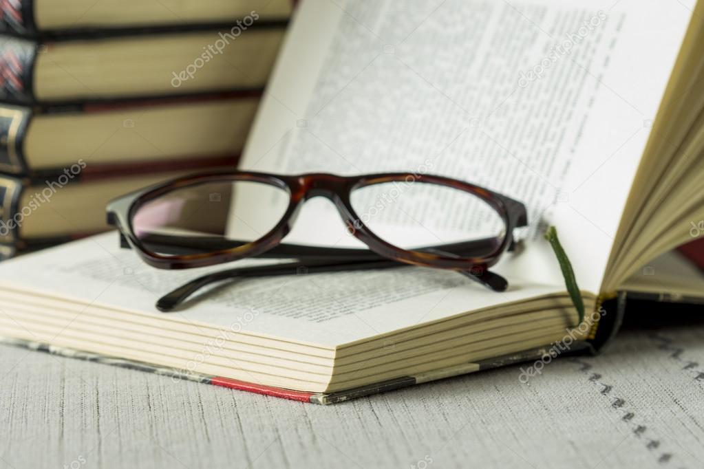 Lesebrille auf ein offenes Buch — Stockfoto © nilswey #73788897
