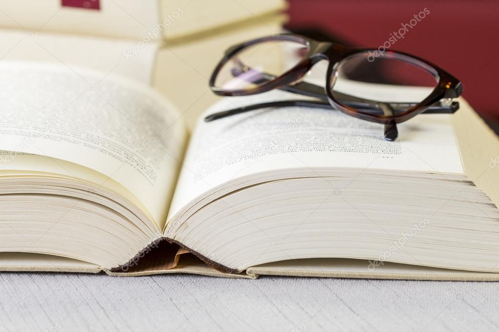 Lesebrille auf ein offenes Buch — Stockfoto © nilswey #73788951