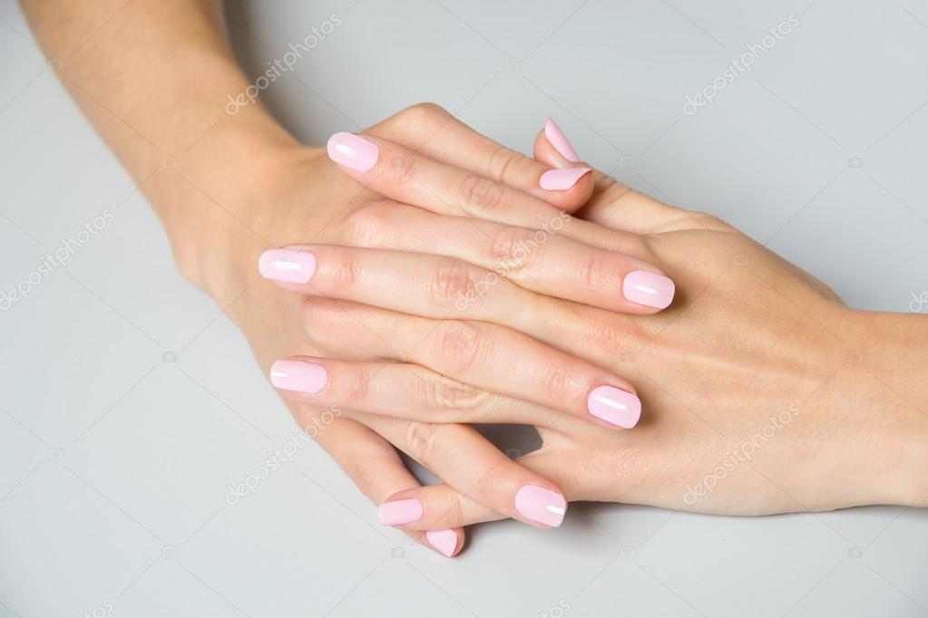 Pary Eleganckich Ręce Z Różowym Paznokci Lakier Zdjęcie Stockowe